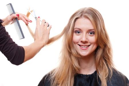 peluqueria: sonriente modelo en el sal�n de peluquer�a. aisladas sobre fondo blanco