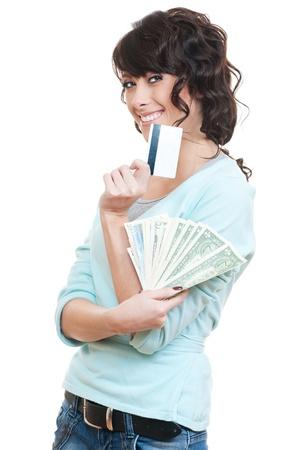 salarios: estudio de imagen de la sonriente mujer con tarjeta de cr�dito y dinero en efectivo sobre el fondo blanco Foto de archivo