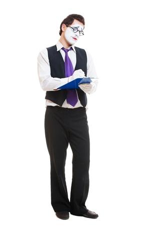 pantomima: foto de estudio de la mímica de negocios escribir algo. aisladas sobre fondo blanco