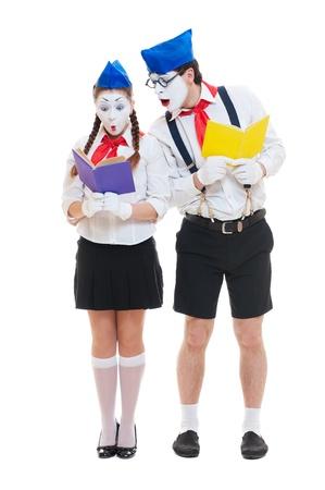 pantomima: dos mimos con los libros. aislado en blanco