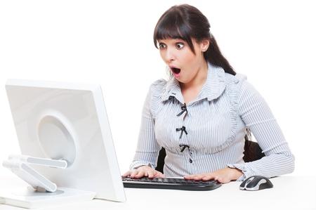 mistakes: tiro del estudio de la empresaria sorprendida con la computadora. aislado en blanco