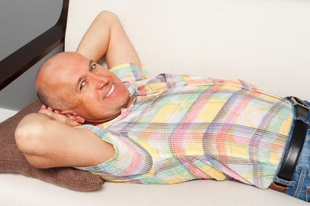 hombre mayor apoyado en el sof� de casa Foto de archivo - 13317102