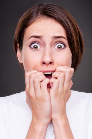 Angst: Studio Bild schockiert und schreiende Frau auf einem dunklen Hintergrund Lizenzfreie Bilder