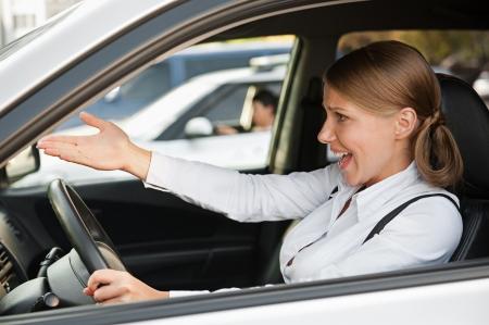 mujer enojada: mujer disgustada conducir el coche y gritando a alguien