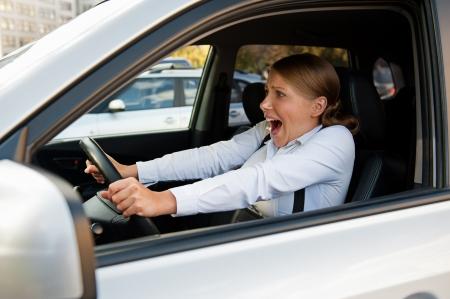 panique: femme effray�e assis dans la voiture et la tenue de la roue Banque d'images