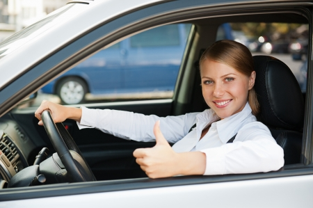 affaires assis dans la voiture et montrant thumbs up