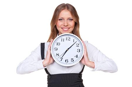 punctual: empresaria joven feliz que sostiene el reloj y sonriendo. aislado sobre fondo blanco