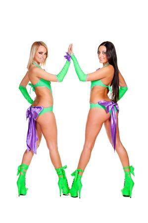 gogo girl: zwei sexy club dancers in Bühnenkostüme posiert vor weißem Hintergrund