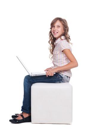 kinderen: mooie smiley schoolmeisje met laptop. geïsoleerd op witte achtergrond