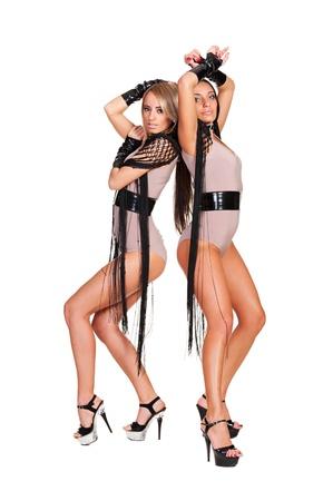 gogo girl: zwei sexy Tänzerinnen stehen auf weißem Hintergrund