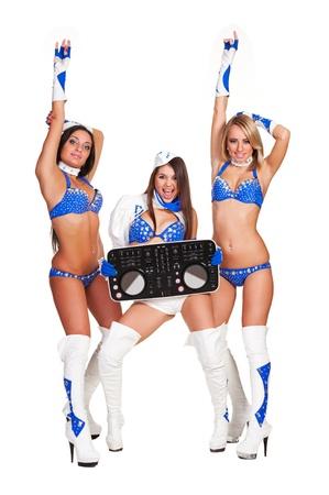 gogo girl: zwei Tänzer und Frau dj mit Controller in Bühnenkostüme isoliert auf weißem Hintergrund