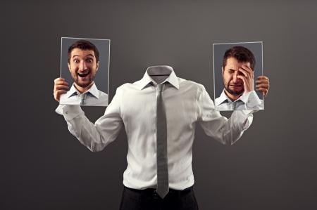 visage homme: heureux ou triste. quelle humeur je dois aujourd'hui
