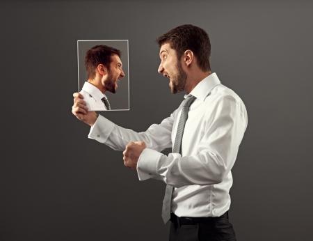 strife: Preoccupazione uomo abbia una discussione calda con se stesso