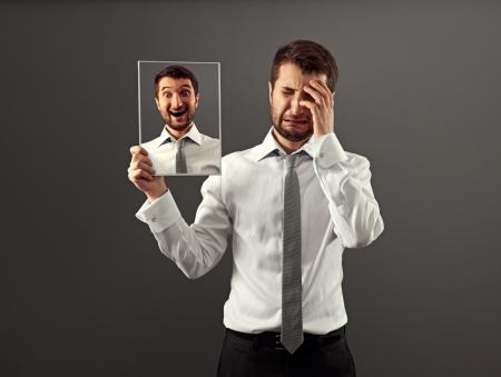 lachendes gesicht: heuchlerischen Mann versteckt seine Freude
