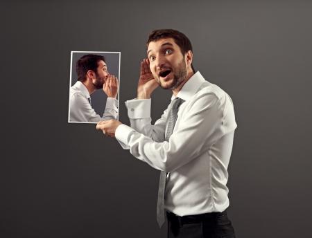 hombre joven que escucha su voz interior