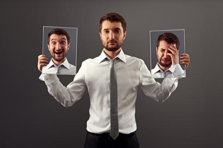 uomo felice: giovane, non mostrando le sue emozioni