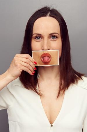 lengua afuera: mujer sacó la lengua. concepto de la foto
