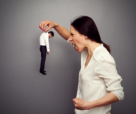 female boss: Konzept Foto von big boss schreiend auf dem kleinen untergeordnet gegen�ber dem dunklen Hintergrund