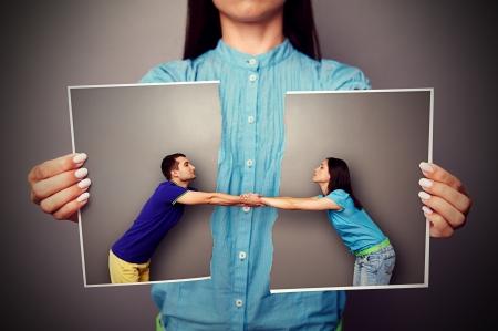 femme triste: fille tenant la photo d�chir�e de couple amoureux Banque d'images