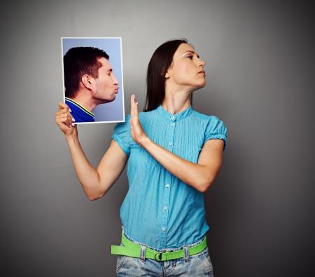 baiser amoureux: jeune femme refusant d'hommes s'embrasser
