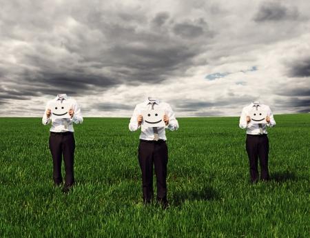 empresarios sin rostro sosteniendo pancarta con sonrisa cantar