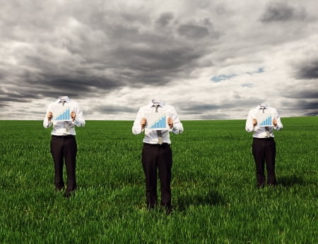 empresarios sin rostro en ropa formal que muestra la carta de crecimiento