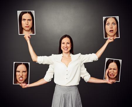 Smiley-Frau mit vier Händen hält Bilder mit unterschiedlichen emotionalen Gesichter Standard-Bild - 20019917
