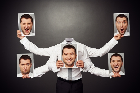 顔のない男を選ぶ気分。暗い背景上のコンセプトの写真