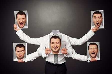 psiquico: hombre sin rostro elegir el estado de ánimo. Foto de concepto sobre fondo oscuro