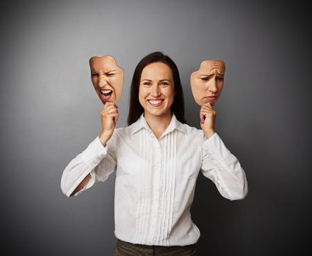 jonge mooie vrouw verbergt haar goede stemming onder maskers
