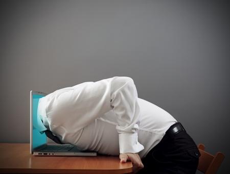 인터넷 중독의 개념 사진. 사람이 컴퓨터에 급락 스톡 콘텐츠