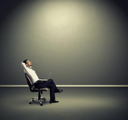 tevreden zakenman rusten op de stoel