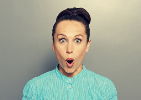 asombro: Retrato de joven sorprendido en camisa azul