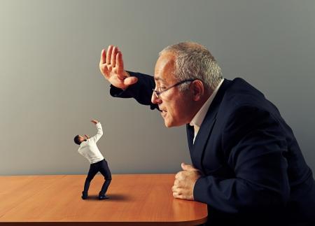 jefe enojado: gran jefe est� enojado con el mal empleado