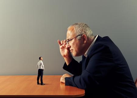 grote baas overweegt de nieuwe werknemer