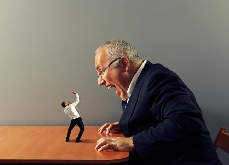 grote baas schreeuwt tegen slechte werknemer Stockfoto