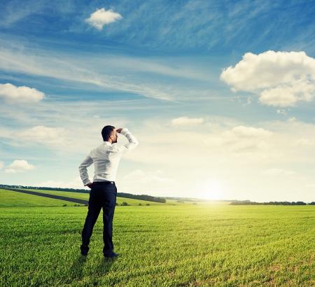 widok z tyłu z biznesmenem na zielonym polu