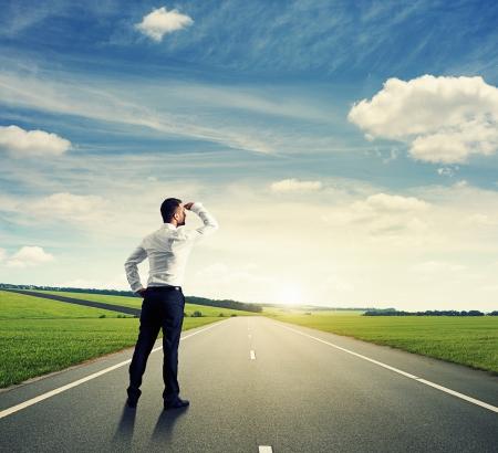 mision: Vista posterior de hombre de negocios en la carretera Foto de archivo