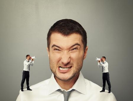 strife: due piccoli uomini urlando al grande uomo arrabbiato