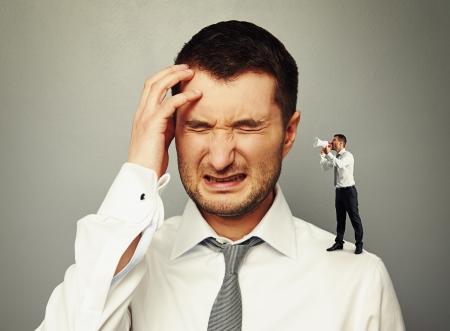 strife: piccolo uomo sulla spalla urla all'orecchio del grande uomo