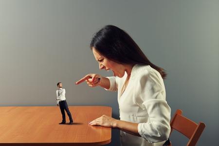 boze vrouw schreeuwen op geschrokken kleine man Stockfoto