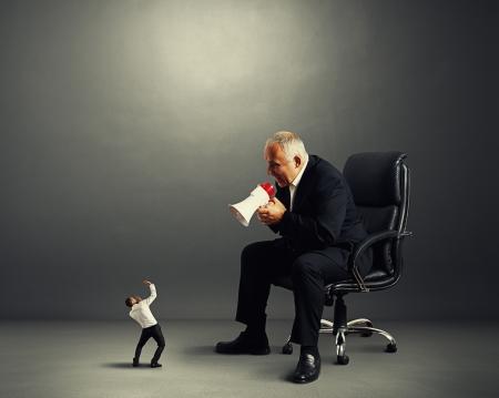 grote baas schreeuwt tegen kleine ondernemer