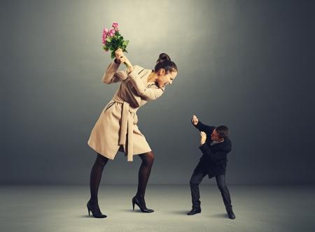 zdradę: kłócić się między mężczyzną i kobietą w ciemnym pustym pokoju