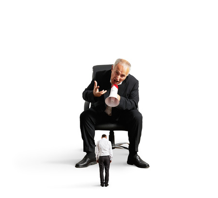 jefe enojado: Foto del concepto de gran jefe gritando a peque�a trabajador. aislado en fondo blanco Foto de archivo