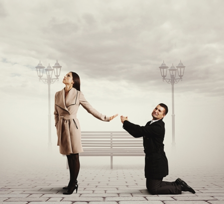 pardon: homme debout sur ses genoux et demander pardon Banque d'images