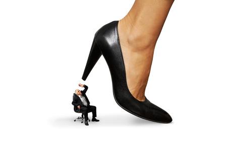 dominacion: Foto del concepto del hombre mayor que bajo el talón hembra grande. aislado en fondo blanco
