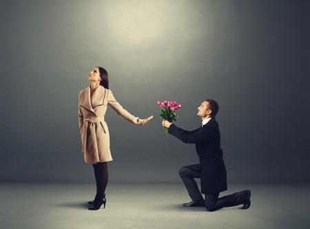 zdradę: Młoda piękna kobieta nie patrzy na człowieka z kwiatów