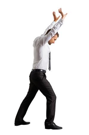 manos levantadas: joven empresario levantó las manos y apartando algo. aislado en fondo blanco