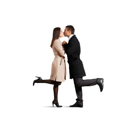 enamorados besandose: pareja besándose en el amor sobre el fondo blanco Foto de archivo