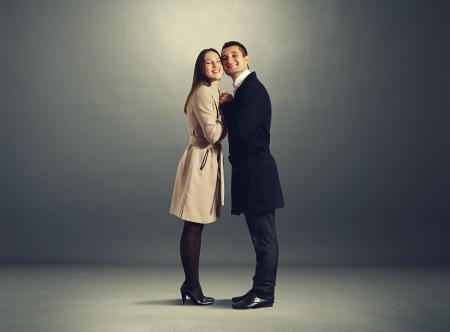 jovenes enamorados: bella pareja en el amor de abrazar y sonreír Foto de archivo